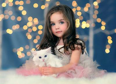 Детский новогодний шаблон с девочкой с котиком