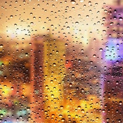 Фон с ночным городом и каплями воды
