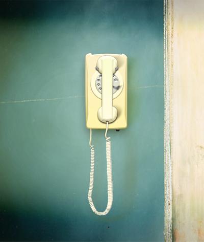 Отличный старый телефон на стене